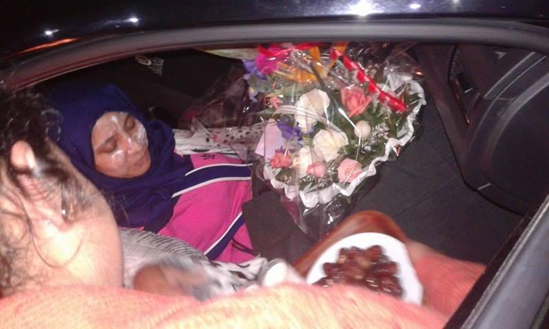 استقبال الأستاذة التي عُنفت في إنزكان بالتمر والورود في الدار البيضاء
