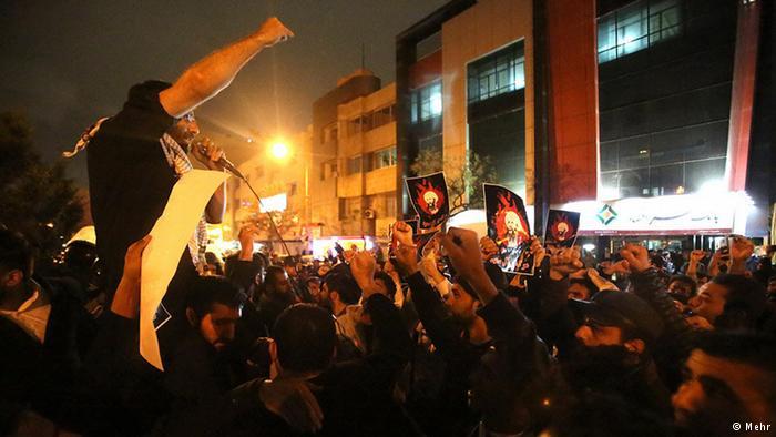 """متظاهرون يضرمون النار في السفارة السعودية بطهران وخامنئي ينتظر"""" انتقاما إلهيا"""""""