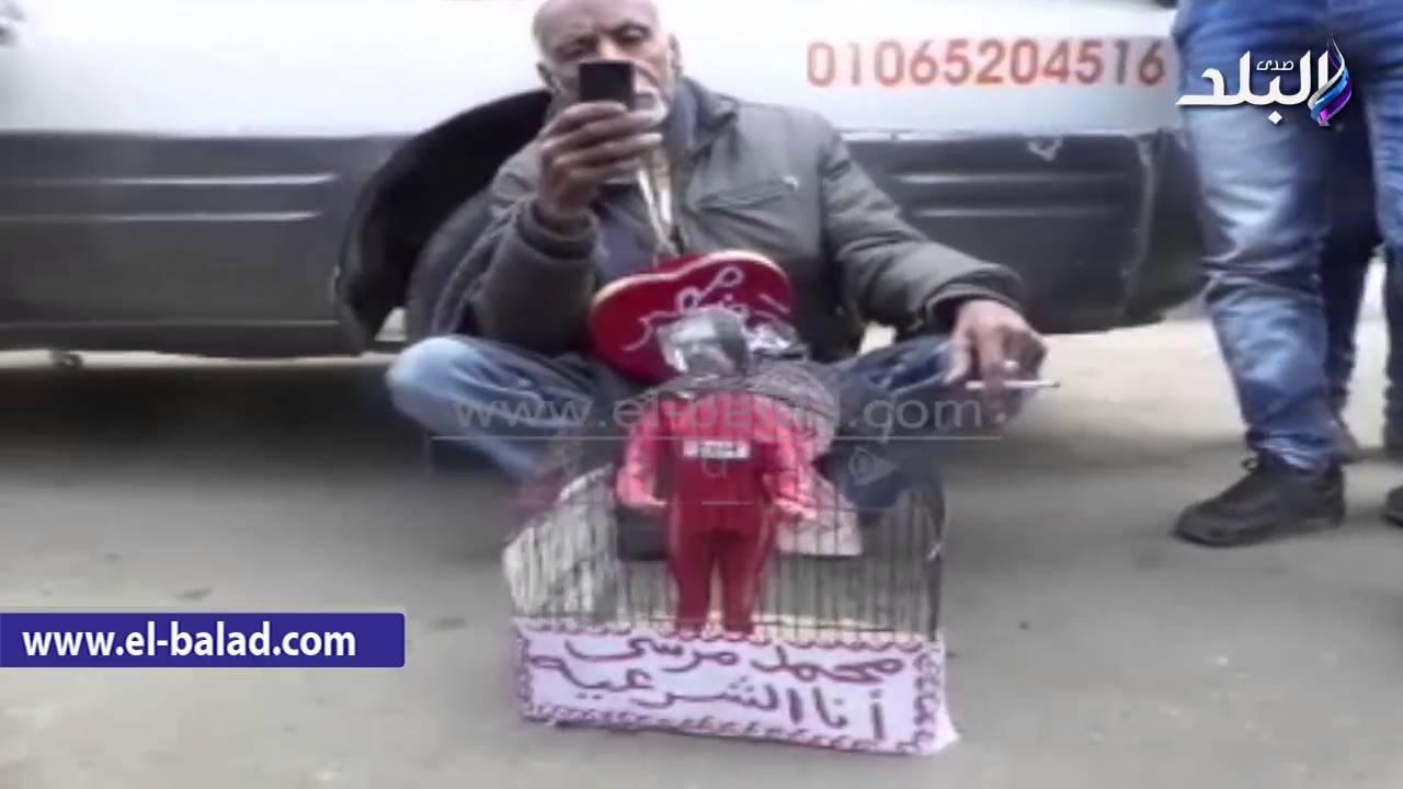 """مواطن يشنق """"مرسى"""" داخل ميدان التحرير"""