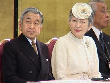 إمبراطور اليابان يحث الشبان على تذكر الحرب العالمية الثانية دوما