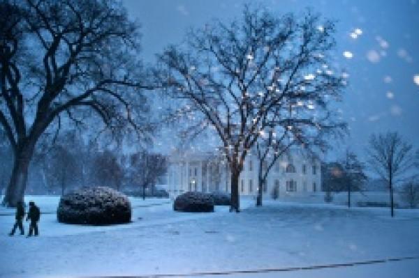"""عاصفة """"سنوزيلا"""" الثلجية تلف واشنطن برداء ابيض"""