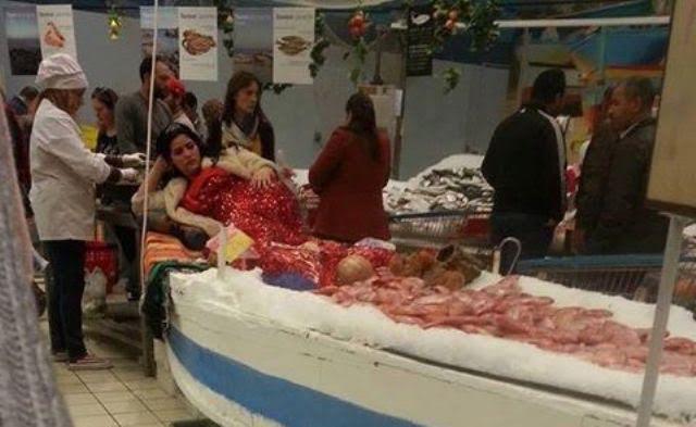 عش نهار تسمع خبار….عرض فتاة بمنصة لبيع الأسماك في تونس