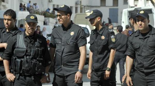 قوات الأمن التونسية تحتج بحمل الشارة الحمراء