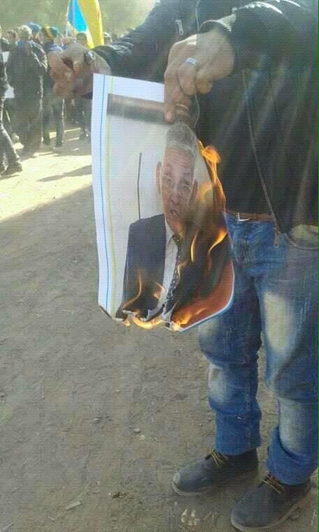 خطير: أمازيغيون يحرقون صورة الوزير الداودي