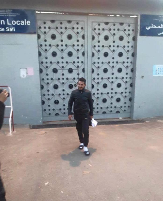 بالصورة: عبد الرحمان فاضح فساد طريق جمعة سحيم يغار السجن