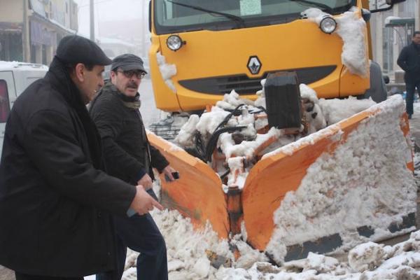 الياس العماري ينزل بنفسه لازاحة الثلوج التي حاصرت منطقة باب برد