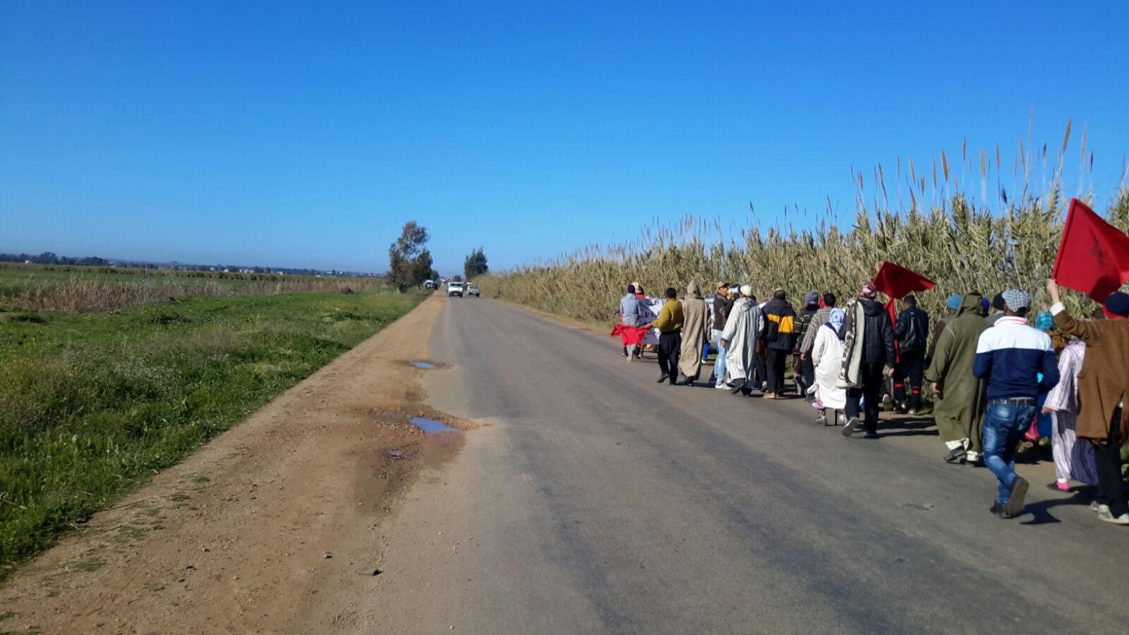 مواطنون بجماعة لالة ميمونة سوق الاربعاء الغرب في مسيرة على الاقدام