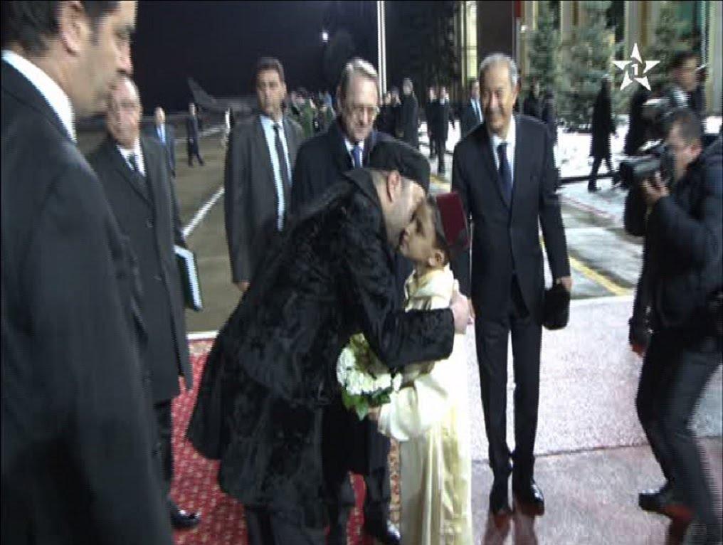 طفل يستقبل الملك محمد السادس بالزهور واللباس المغربي في روسيا