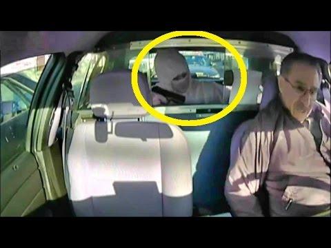 لص غبي أخرج مسدسه لسرقة سائق طاكسي ولم ينتبه الى وجود سيارة شرطة