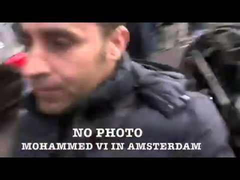 احد حراس الملك يتشاجر مع مصور هولندي