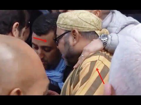 شاهد: رد فعل عزيز الجعايدي بعد وضع مغربي يده على كتف الملك
