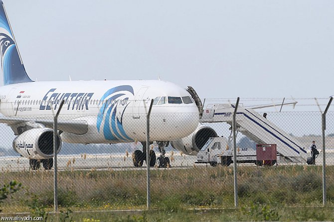 مسؤول قبرصي: خاطف الطائرة المصرية يبدو مضطربا