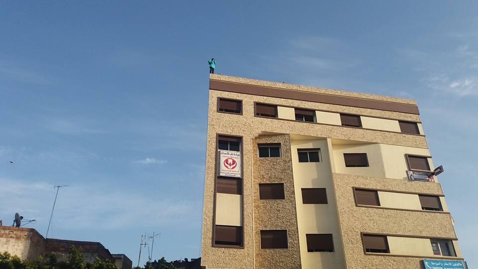 بالفيديو.. امرأة تحاول الإنتحار من فوق بناية عالية بالقنيطرة