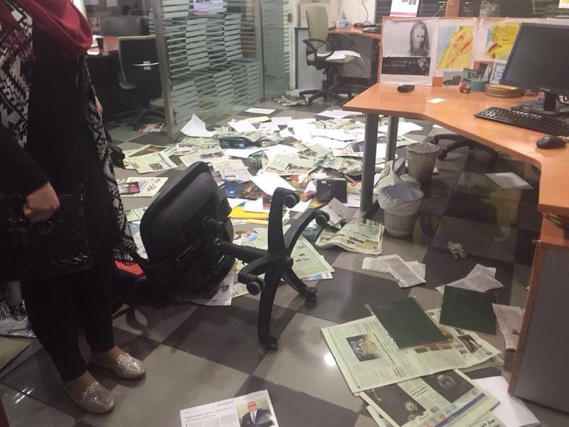 """اقتحام مكتب صحيفة الشرق الاوسط السعودية في بيروت احتجاجا على كاريكاتور """"مسيء"""""""