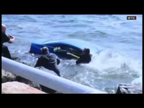 شاهد انقاذ سيدة في اللحظات الأخيرة بعدما سقطت سيارتها في المياه