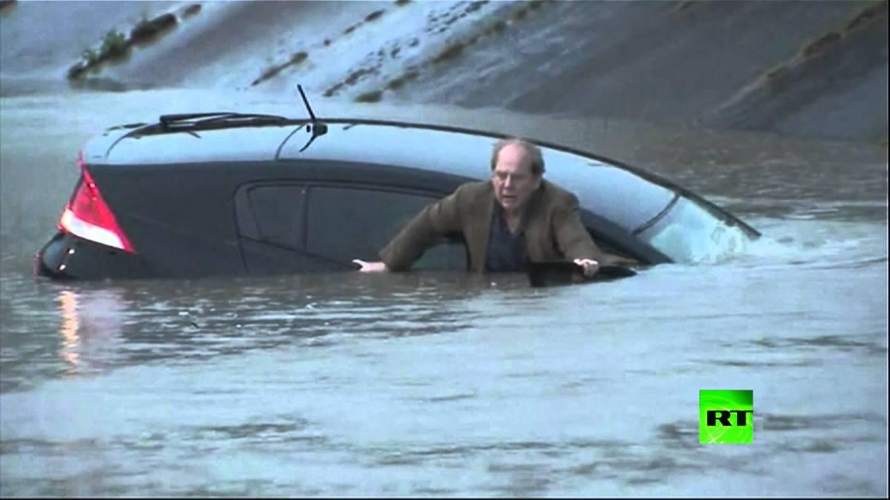 صحفي ينقذ رجلا من سيارة غارقة في تكساس