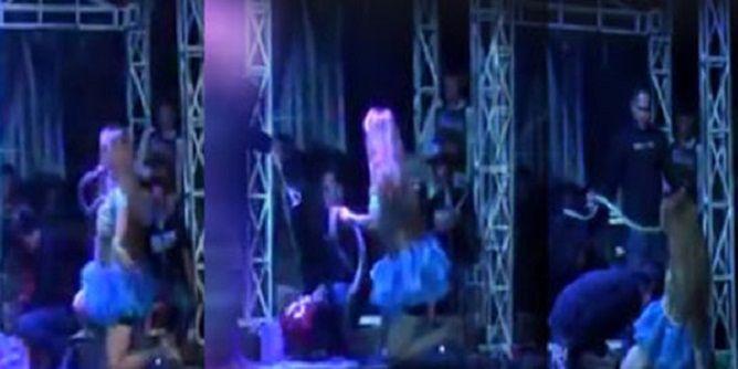 لدغتها أفعى على المسرح.. فواصلت الغناء لـ 45 دقيقة ثم ماتت (فيديو)