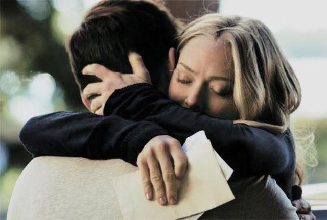 تقبيل زوج لزوجته في الشارع العام يقود أربعة أشخاص إلى السجن