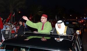 ساكنة المنامة تحج بكثافة لشوارع المدينة للترحيب بمقدم الملك  محمد السادس
