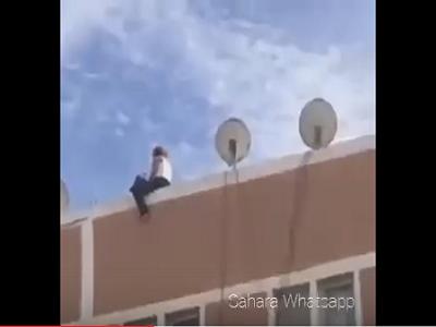 هكذا غامر شاب مغربي بحياته لمنع فتاة من الانتحار