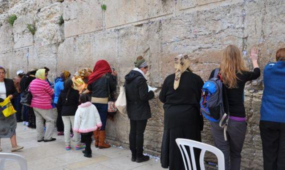 اقامة فضاء مختلط للنساء والرجال عند حائط المبكى محط جدال في اسرائيل