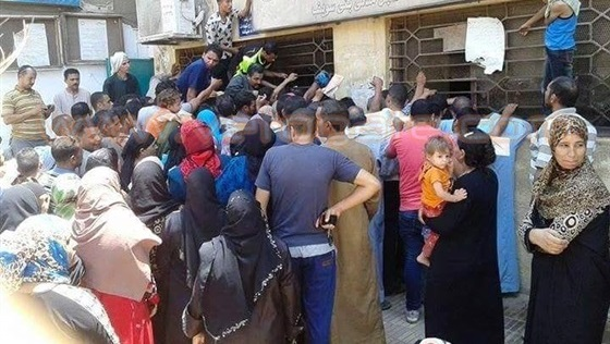 """إشاعة تدفع المغاربة إلى الإصطفاف أمام شبابيك التجاري وفا بنك في إنتظار إستفادتهم من """"الهمزة"""" غريبة"""
