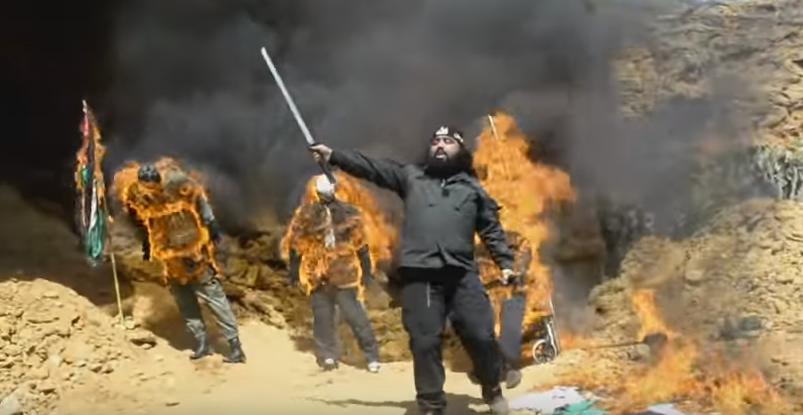 """مغربي يحرق بوتفليقة وعبد العزيز المراكشي على طريقة """"داعش"""""""