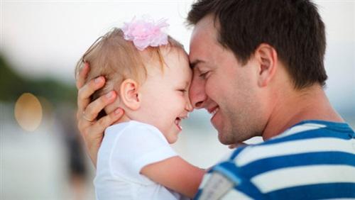 باحثون يحذرون الرجال من تأجيل الإنجاب لما بعد سن الأربعين