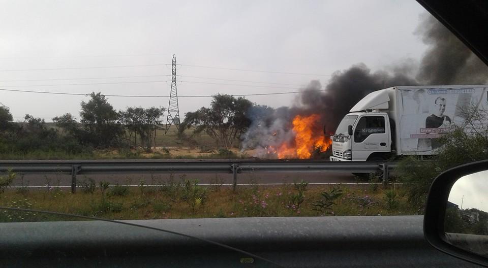 """النيران تلتهم """"رموك"""" في الطريق السيار الدار البيضاء الرباط"""