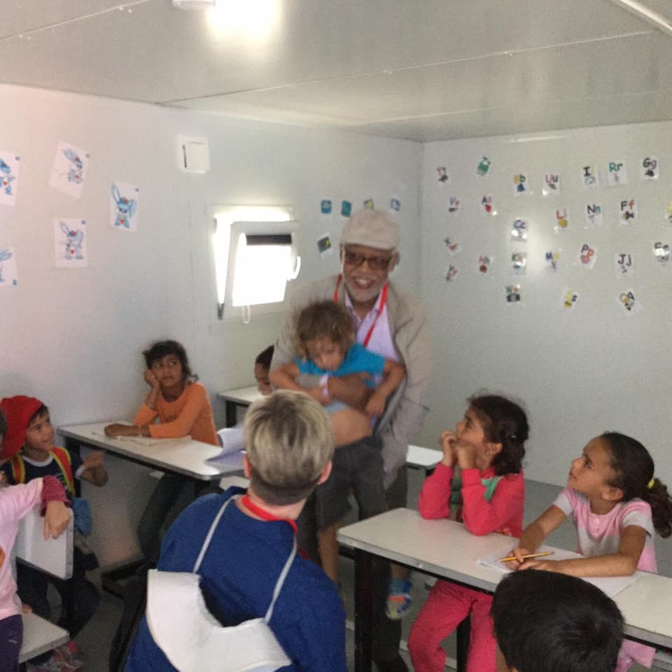 """القيادي في """"البيجيدي"""" يتيم.. شوفوني مع أطفال اللاجئين السورين في أتينا بينهم مغاربة"""