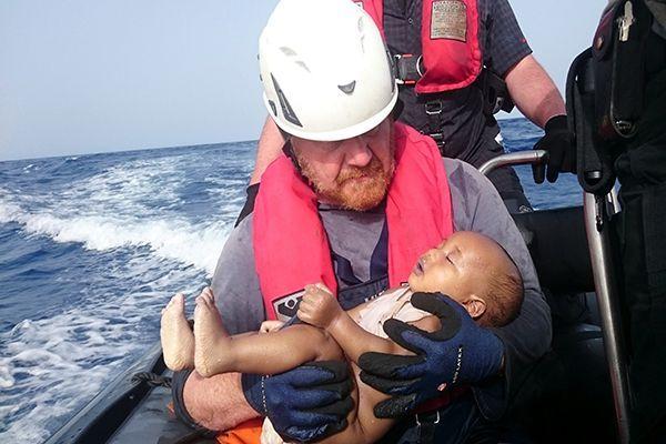 """""""إيلان جديد"""" منظمة ألمانية تنشر صورة رضيع مهاجر قضى غرقاً"""