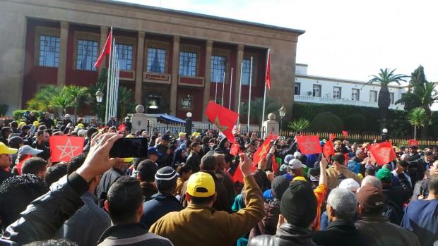 """النقابات تنفذ اليوم """"وعيدها"""" ضد الحكومة بإضراب عام واعتصام أمام البرلمان"""