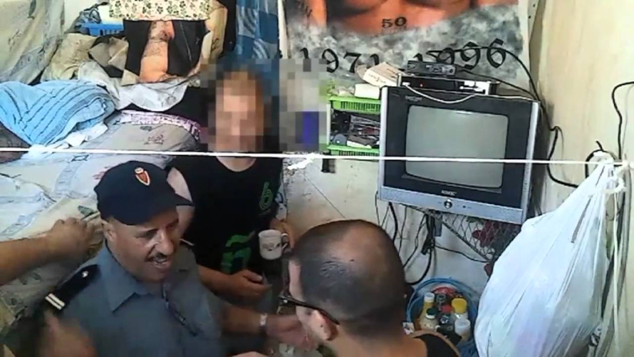 فضيحة تصوير حارس السجن يتلقى رشوة من السجناء