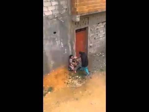 بالفيديو… رجل يعتدي على زوجته في الشارع