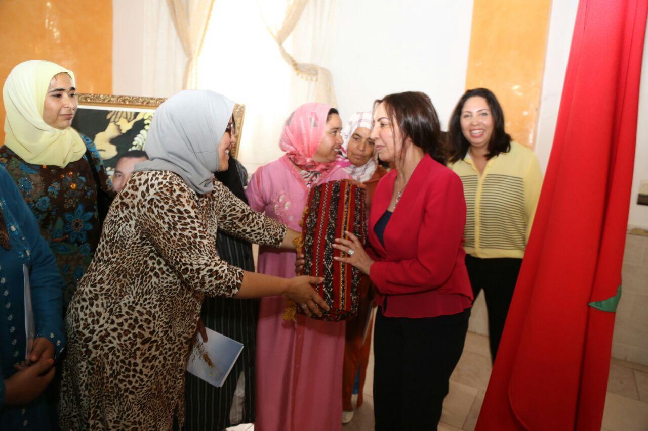 """بالصور: العنصر وحليمة العسالي يتسلمان هدية """"سلهام وزربية"""" من ساكنة اقليم السراغنة"""