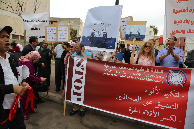 تأجيل محاكمة نقيب الصحافيين المغاربة البقالي والصحافيون يحتجون أمام المحكمة