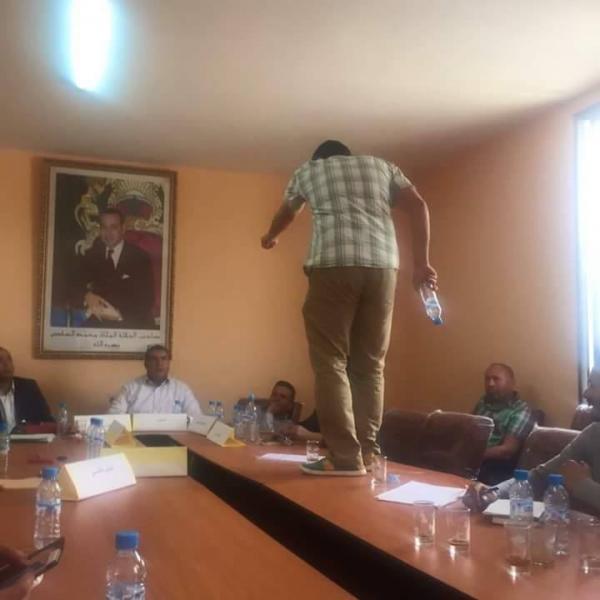 """غريب…مستشار من """"البام"""" طلع فوق الطابلة باش يحتج على الرئيس"""