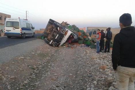 مصرع شخص وأصابة 3 آخرين في انقلاب شاحنة بالحاجب