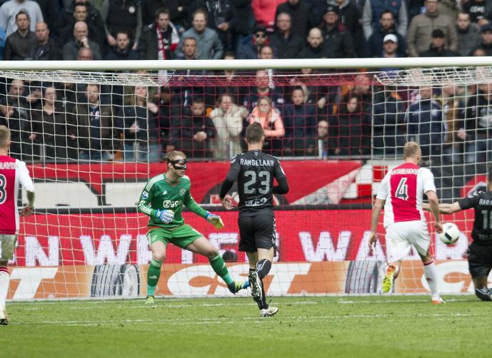 جاكس امستردام يفوز على تونتي انشكيده ويحتفظ بالصدارة