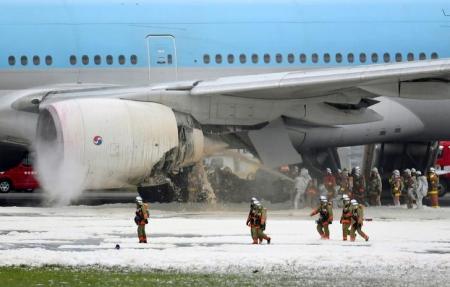 إخلاء طائرة في مطار بطوكيو بعد حريق بالمحرك