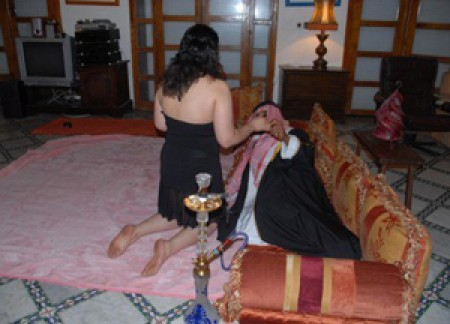 """خليجيون باحثون عن """"المتعة الجنسية"""" بالمغرب يسقطون في شباك شاب مغربي"""