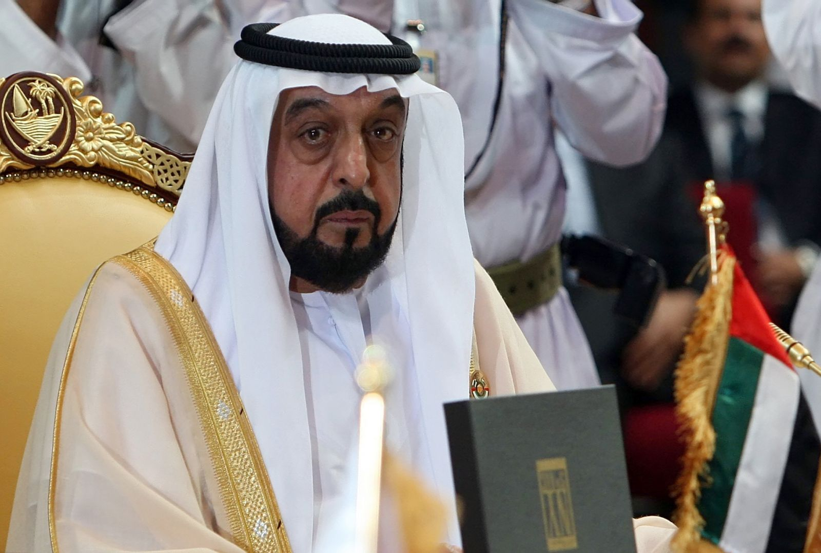 رئيس الإمارات يغادر البلاد في رحلة نادرة منذ إصابته بجلطة في 2014