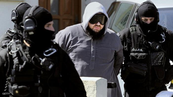 توجيه تهمة الارهاب لشريكين مفترضين لقاتل الشرطي الفرنسي وصديقته