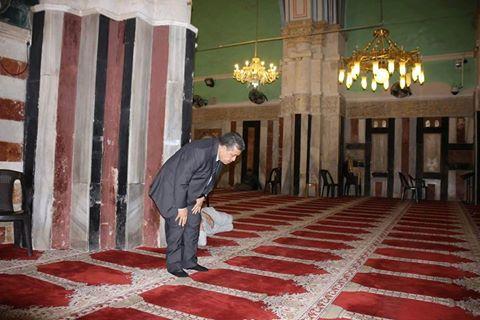 الصورة: شباط يصلي بالحرم الإبراهيمي