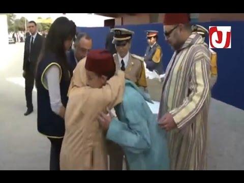 فيديو مُعَبِّر لمواطنة تُعَانِق ولي العهد الامير مولاي الحسن تحت أنظار الملك محمد السادس