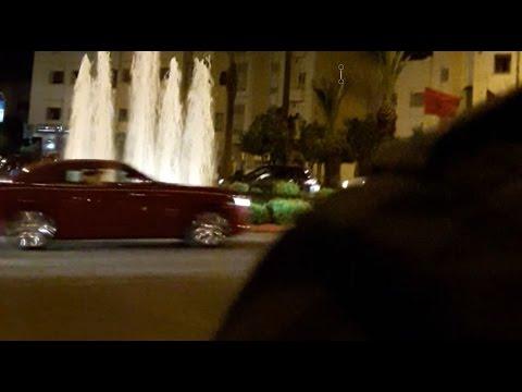 الملك يدخل فاس بسيارته الحمراء و سط تصفيقات الجميع