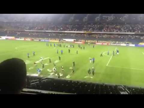 الاستعانة بالكراطة بعد امطار غزيرة و صواعق رعدية في مباراة تشيلي و كولومبيا