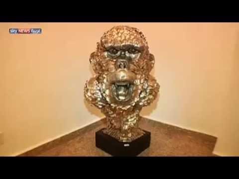 شاب نيجيري يبدع أعمالاً فنية باستخدام الملاعق المعدنية