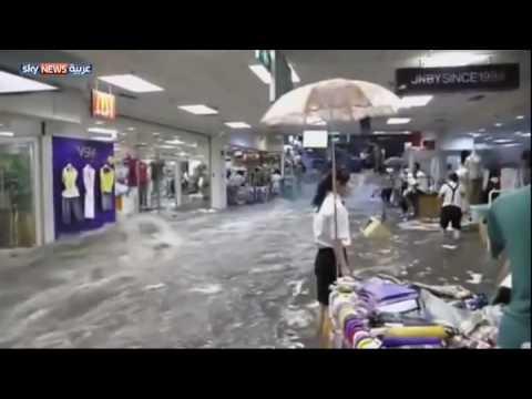 الأمطار تحول مركزا تجاريا إلى نهر جار في الصين