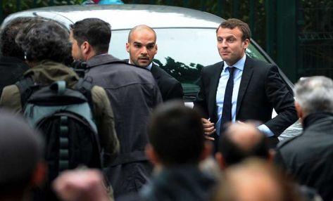 متظاهرون يرشقون وزير الاقتصاد الفرنسي بالبيض